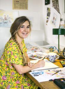Foto på Teresa Tingbrand i sin skrivastuga